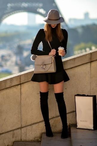 Cómo combinar: jersey de cuello alto negro, falda skater negra, botas sobre la rodilla de ante negras, bolso bandolera de cuero en beige