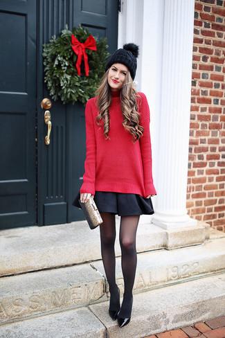 Cómo combinar: jersey de cuello alto de punto rojo, falda skater negra, zapatos de tacón de cuero negros, cartera sobre dorada