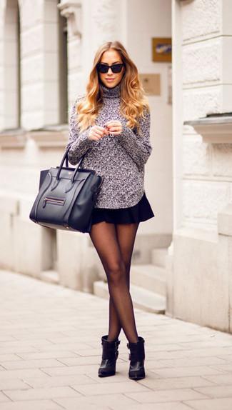 Cómo combinar: jersey de cuello alto de punto gris, falda skater negra, botines de cuero negros, bolsa tote de cuero negra