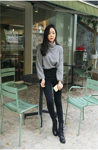 Cómo combinar: jersey de cuello alto gris, vaqueros pitillo negros, botas planas con cordones de cuero negras