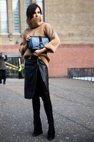 Cómo combinar: jersey de cuello alto de punto marrón claro, falda lápiz de cuero con recorte negra, botas sobre la rodilla de cuero negras, bolso de hombre de cuero azul marino
