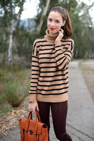 Cómo combinar: jersey de cuello alto de rayas horizontales marrón claro, pantalones pitillo de cuero burdeos, bolso de hombre de cuero naranja, pulsera dorada