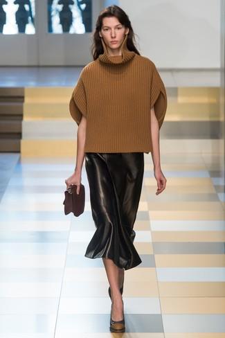 Cómo combinar: jersey de cuello alto de lana de punto marrón, falda midi de cuero negra, zapatos de tacón de cuero negros, cartera sobre de cuero en marrón oscuro