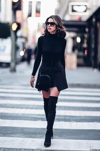Cómo combinar: jersey de cuello alto negro, minifalda negra, botas sobre la rodilla de ante negras, bolso bandolera de pelo negro