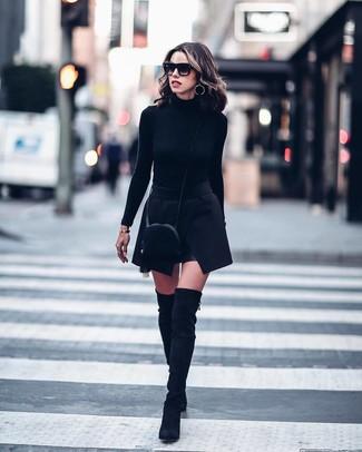 Cómo combinar: jersey de cuello alto negro, minifalda negra, botas sobre la rodilla de ante negras, bolso bandolera de ante negro