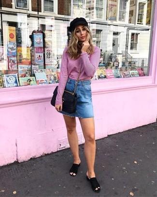 Cómo combinar: jersey de cuello alto rosado, minifalda vaquera azul, chinelas de ante negras, bolso bandolera de cuero acolchado negro