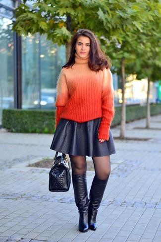Cómo combinar: jersey de cuello alto de punto naranja, falda skater de cuero negra, botas de caña alta de cuero negras, bolso de hombre de cuero con print de serpiente negro