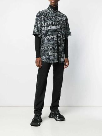 Cómo combinar: jersey de cuello alto negro, camisa de manga corta estampada en negro y blanco, vaqueros negros, deportivas negras