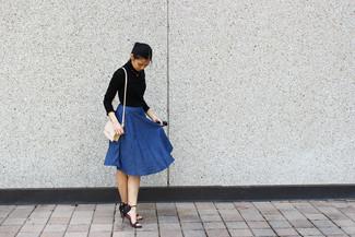 Cómo combinar: jersey de cuello alto negro, falda campana vaquera azul, sandalias de tacón de cuero negras, bolso bandolera de cuero en beige