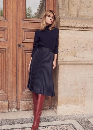 Cómo combinar: jersey de cuello alto negro, falda midi plisada negra, botas de caña alta de cuero burdeos