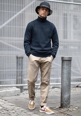 Cómo combinar: jersey de cuello alto negro, pantalón chino marrón claro, tenis de ante marrón claro, sombrero vaquero negro