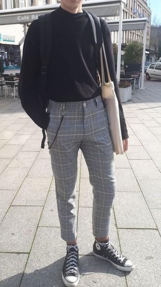 Cómo combinar: jersey de cuello alto negro, pantalón de vestir de tartán gris, zapatillas altas de lona en negro y blanco, mochila de lona negra