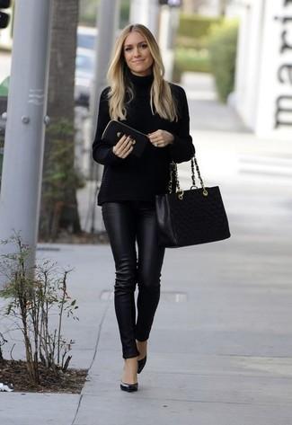 Cómo combinar: jersey de cuello alto de punto negro, pantalones pitillo de cuero negros, zapatos de tacón de cuero negros, bolsa tote de cuero acolchada negra