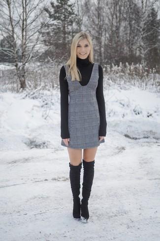 Cómo combinar: jersey de cuello alto negro, pichi de tartán gris, botas sobre la rodilla de ante negras