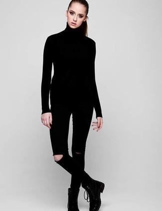 Cómo combinar: jersey de cuello alto negro, vaqueros pitillo desgastados negros, botas planas con cordones de cuero negras