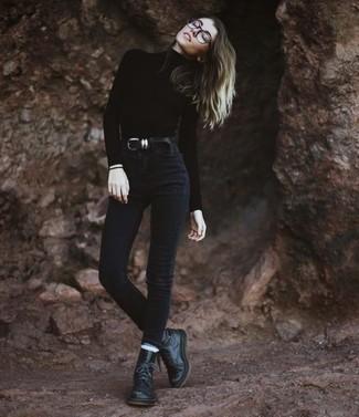 Cómo combinar: jersey de cuello alto negro, vaqueros pitillo negros, botas planas con cordones de cuero negras, correa de cuero negra