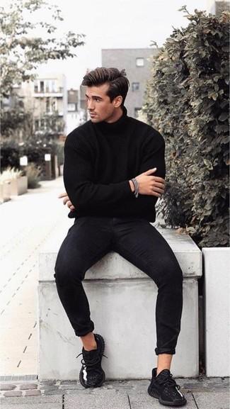 Cómo combinar: jersey de cuello alto negro, vaqueros pitillo negros, deportivas negras, pulsera plateada