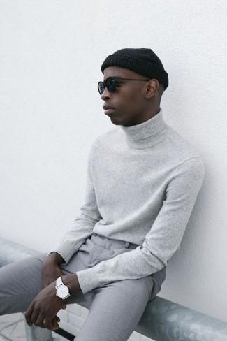 Cómo combinar: jersey de cuello alto gris, pantalón chino gris, gorro negro, gafas de sol negras
