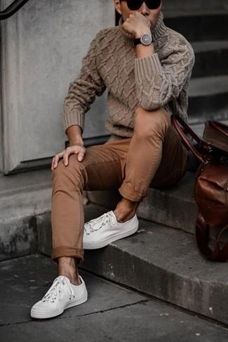Cómo combinar: jersey de cuello alto de punto marrón, pantalón chino marrón, tenis blancos, gafas de sol negras