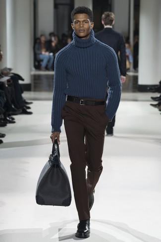 Cómo combinar: jersey de cuello alto de lana de punto azul marino, pantalón de vestir en marrón oscuro, botines chelsea de cuero negros, bolsa de viaje de cuero negra