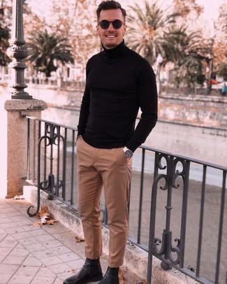 Cómo combinar: jersey de cuello alto negro, pantalón de vestir marrón claro, botines chelsea de cuero negros, gafas de sol azul marino