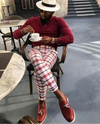Cómo combinar: jersey de cuello alto rojo, pantalón de vestir de tartán en blanco y rojo, mocasín con borlas de cuero rojo, sombrero de paja en beige
