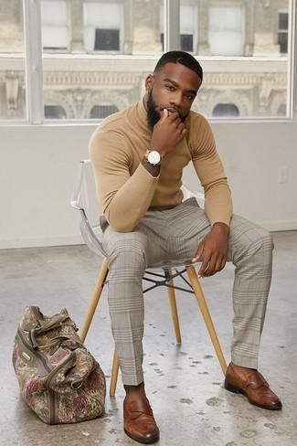 Cómo combinar: jersey de cuello alto marrón claro, pantalón de vestir a cuadros en beige, mocasín de cuero marrón, bolsa de viaje de lona en beige