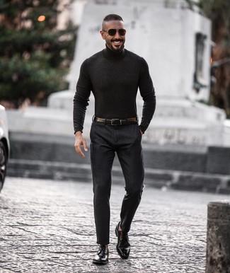 Cómo combinar: jersey de cuello alto en gris oscuro, pantalón de vestir en gris oscuro, zapatos derby de cuero negros, correa de cuero negra