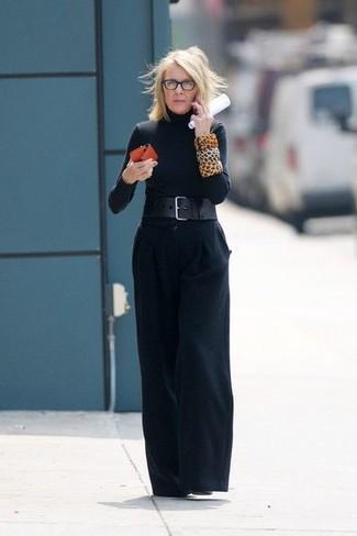 Cómo combinar: jersey de cuello alto negro, pantalones anchos negros, botines de cuero negros, cinturón de cuero negro