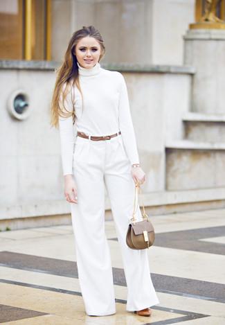 Cómo combinar: jersey de cuello alto blanco, pantalones anchos blancos, zapatos de tacón de cuero en tabaco, bolso de hombre de cuero marrón