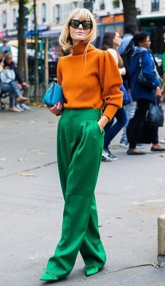 Cómo combinar: jersey de cuello alto de punto naranja, pantalones anchos verdes, zapatos de tacón de satén verdes, cartera sobre de cuero en turquesa