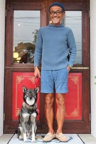 Cómo combinar: jersey de cuello alto azul, pantalones cortos azules, mocasín de ante en beige, gorro azul marino