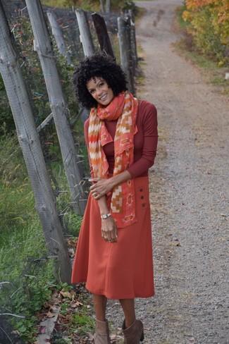 Cómo combinar: jersey de cuello alto rojo, falda midi naranja, botines de ante marrónes, bufanda de seda estampada naranja