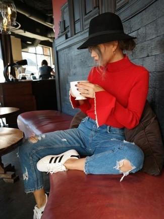 Cómo combinar: jersey de cuello alto rojo, vaqueros desgastados azules, tenis de cuero en blanco y negro, sombrero de lana negro