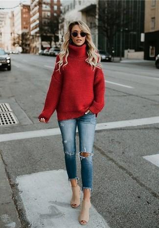 Cómo combinar: jersey de cuello alto de punto rojo, vaqueros pitillo desgastados azules, chinelas de cuero en beige, gafas de sol negras