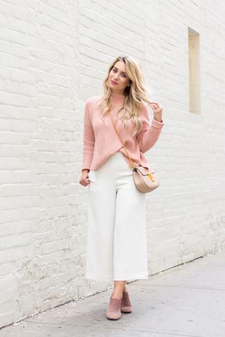 Cómo combinar: jersey de cuello alto rosado, falda pantalón blanca, chinelas de ante rosadas, bolso bandolera de cuero en beige