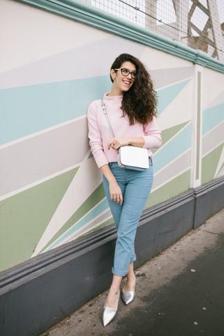 Cómo combinar: jersey de cuello alto rosado, vaqueros celestes, mocasín de cuero plateados, bolso bandolera de cuero blanco