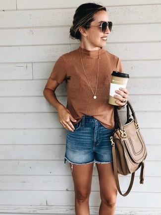 Cómo combinar: jersey de cuello alto sin mangas en tabaco, pantalones cortos vaqueros azules, bolso de hombre de cuero marrón, gafas de sol en marrón oscuro