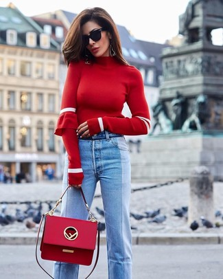 Cómo combinar: jersey de cuello alto rojo, vaqueros celestes, bolso de hombre de cuero rojo, gafas de sol negras