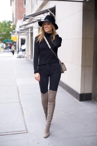 Cómo combinar: jersey de cuello alto negro, vaqueros pitillo negros, botas sobre la rodilla de ante grises, bolso bandolera de cuero gris