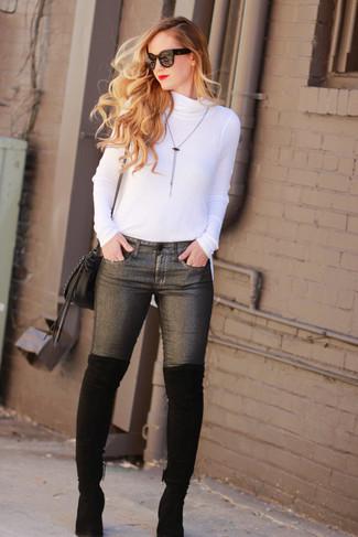 Cómo combinar: jersey de cuello alto blanco, vaqueros pitillo en gris oscuro, botas sobre la rodilla de ante negras, bolso bandolera de cuero negro