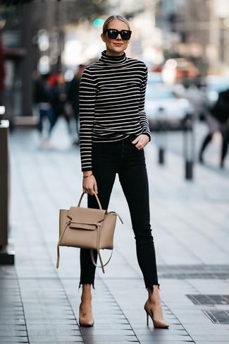 Cómo combinar: jersey de cuello alto de rayas horizontales en negro y blanco, vaqueros pitillo negros, zapatos de tacón de cuero marrón claro, bolso de hombre de cuero marrón claro