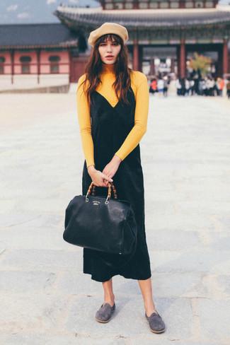 Cómo combinar: jersey de cuello alto amarillo, vestido de tirantes de terciopelo negro, mocasín de ante grises, bolsa tote de cuero negra