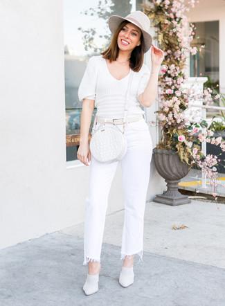 Cómo combinar: jersey de manga corta blanco, vaqueros de campana blancos, chinelas de cuero blancas, bolso bandolera de cuero blanco