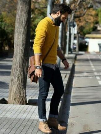Cómo combinar: jersey de ochos amarillo, camisa de manga larga de cuadro vichy en azul marino y blanco, vaqueros negros, botas de trabajo de cuero marrón claro