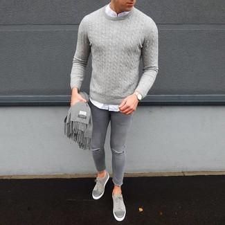 Cómo combinar: jersey de ochos gris, camisa de manga larga blanca, vaqueros pitillo desgastados grises, tenis de ante grises