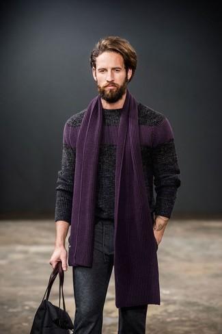 Cómo combinar: jersey de ochos en gris oscuro, pantalón de vestir de lana en gris oscuro, bolsa tote de lona negra, bufanda de punto morado