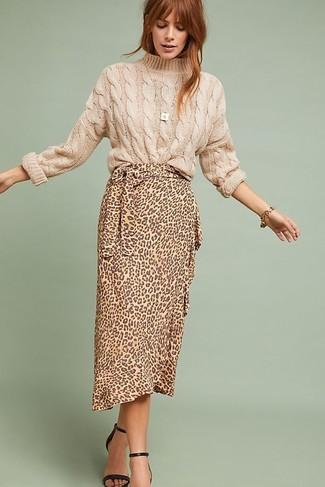 Cómo combinar: jersey de ochos en beige, falda midi de leopardo marrón claro, sandalias de tacón de cuero negras, pulsera dorada