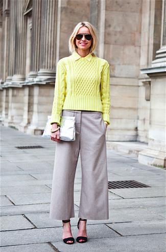 Cómo combinar: jersey de ochos en amarillo verdoso, falda pantalón gris, sandalias de tacón de ante negras, cartera sobre de cuero plateada