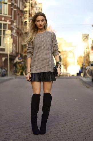 Cómo combinar: jersey de ochos marrón, falda skater de cuero negra, botas sobre la rodilla de ante negras, bolso bandolera de cuero negro